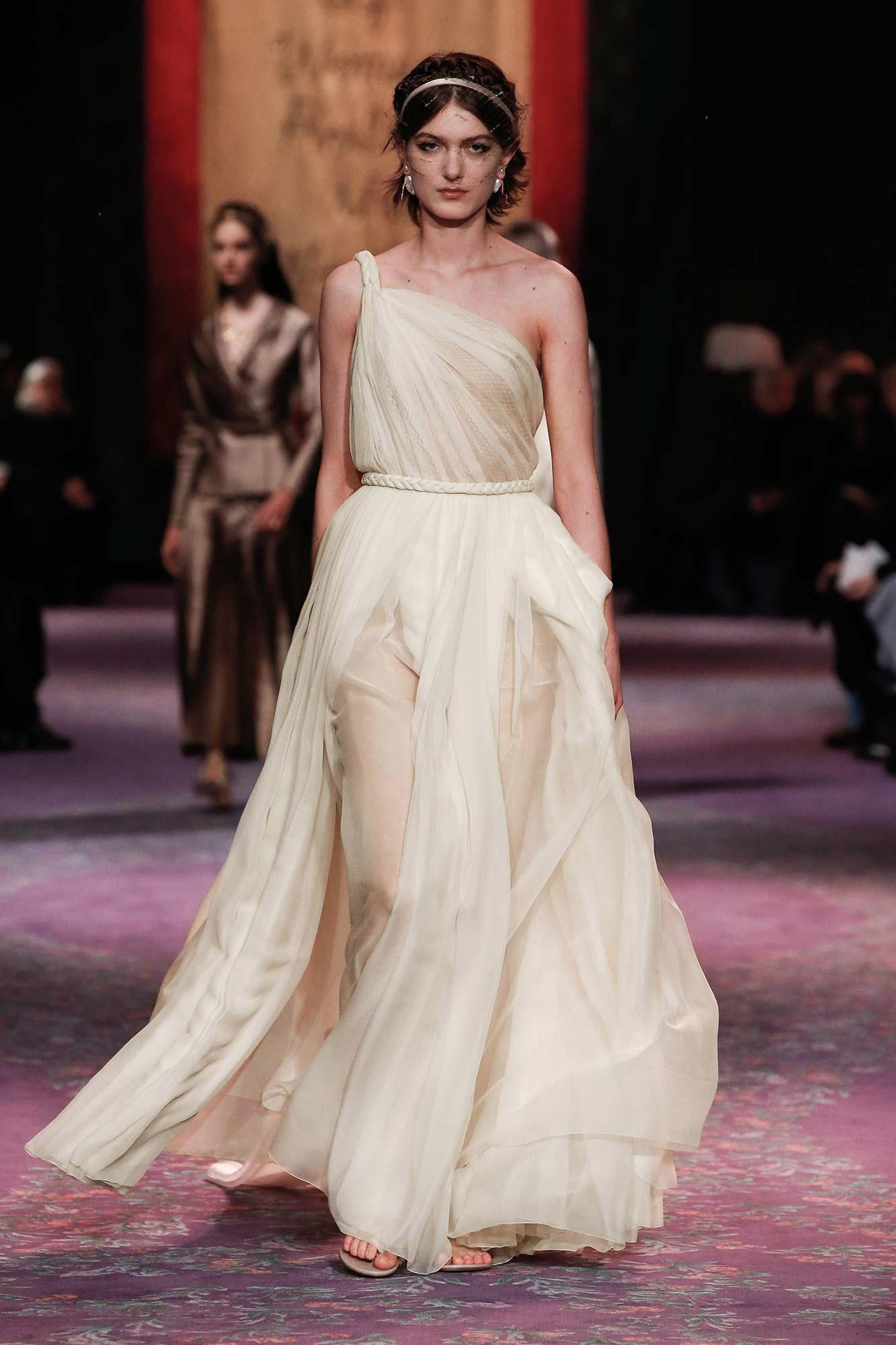 Dior Haute Couture Xuân - Hè 2020 đầm trắng chéo vai 23