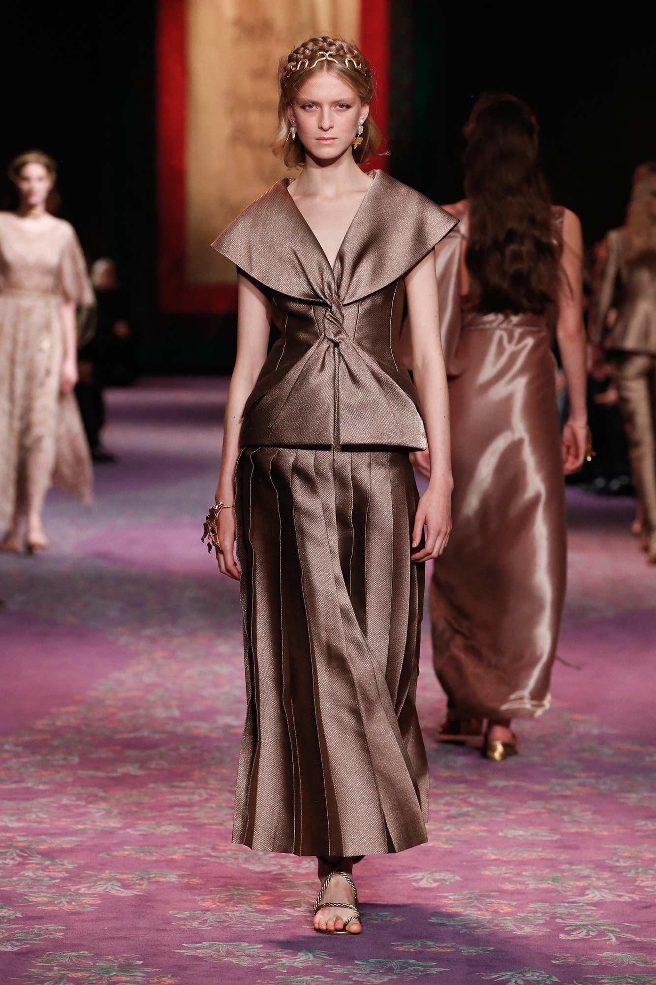 Dior Haute Couture Xuân - Hè 2020 đầm nâu thắt nơ 55