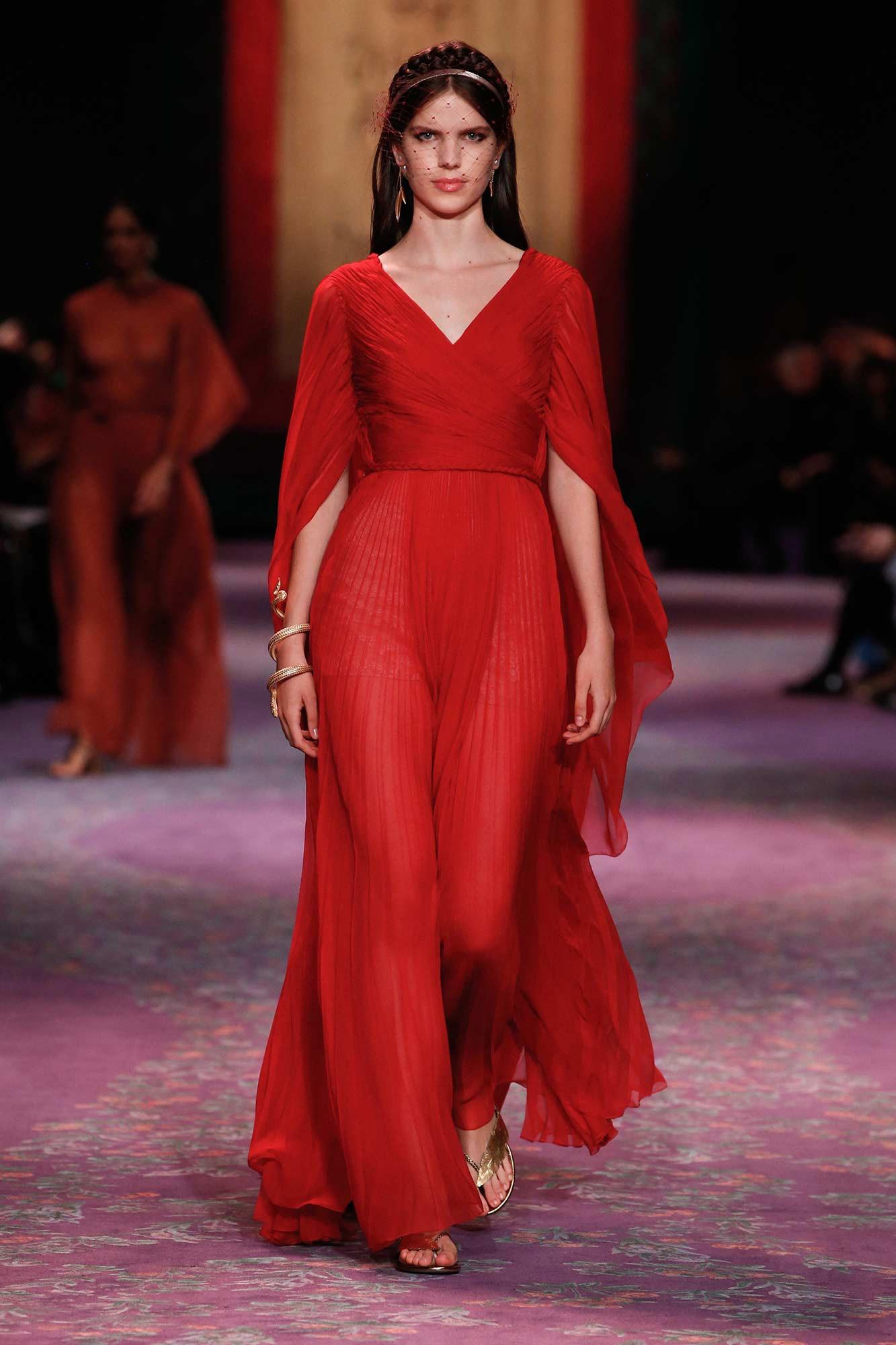 Dior Haute Couture Xuân - Hè 2020 đầm đỏ cổ chữ v 59