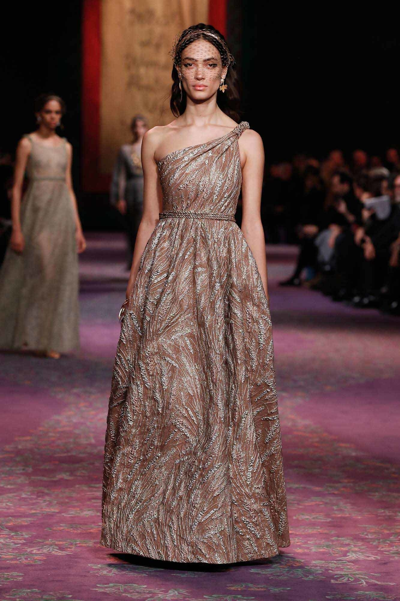 Dior Haute Couture Xuân - Hè 2020 đầm chéo vai 63