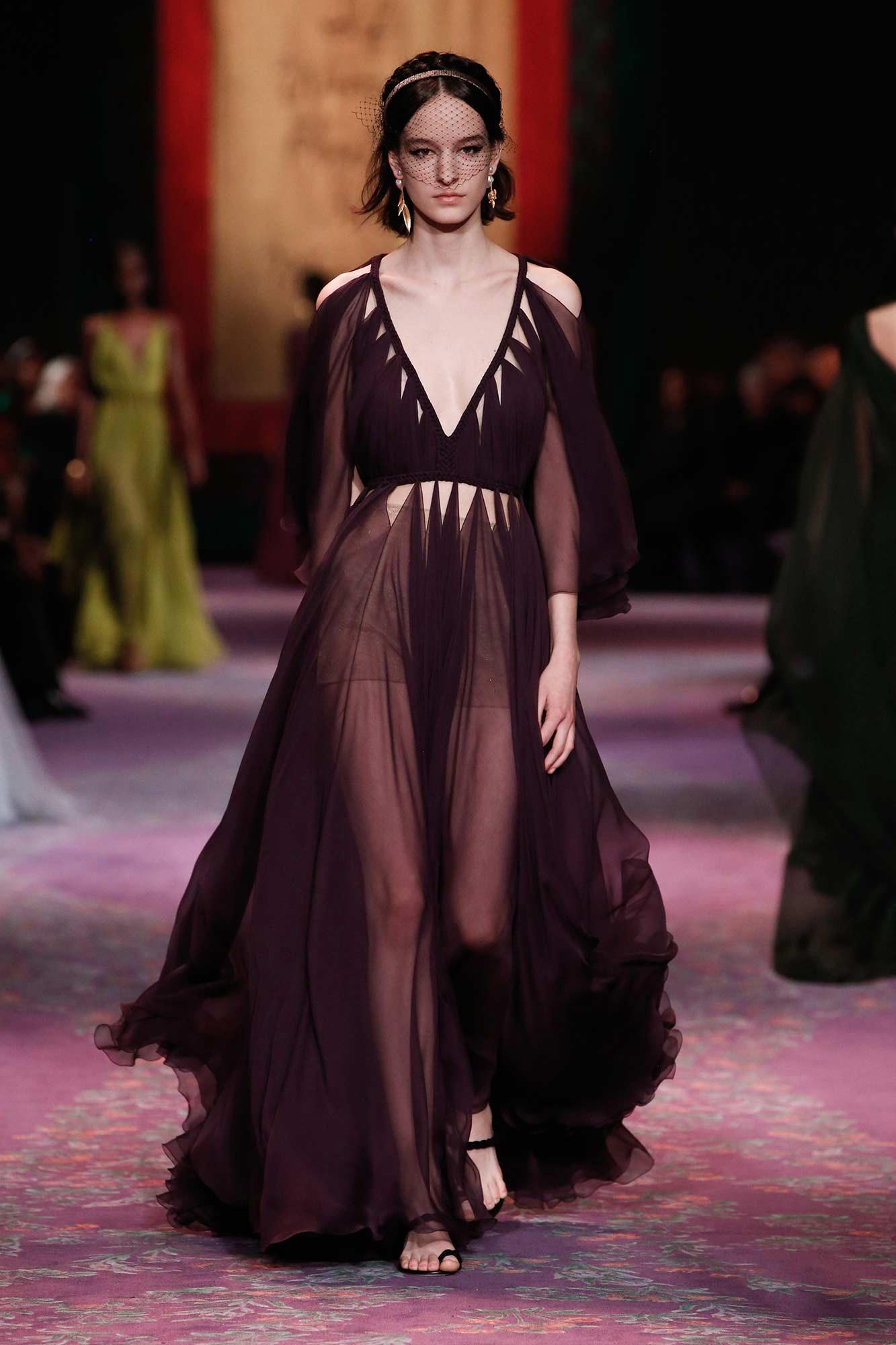 Dior Haute Couture Xuân - Hè 2020 đầm tím cổ khoét chữ v 71