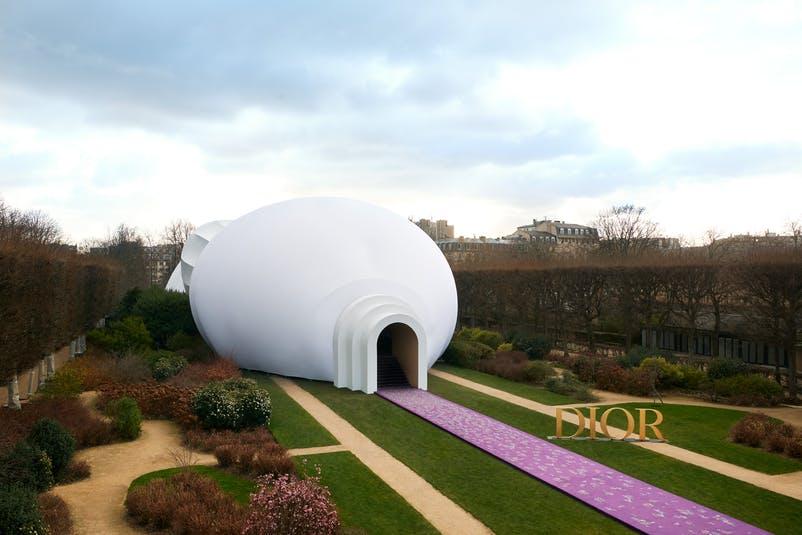 không gian trình diễn bst dior haute couture xuân hè 2020 tại bảo tàng rodin