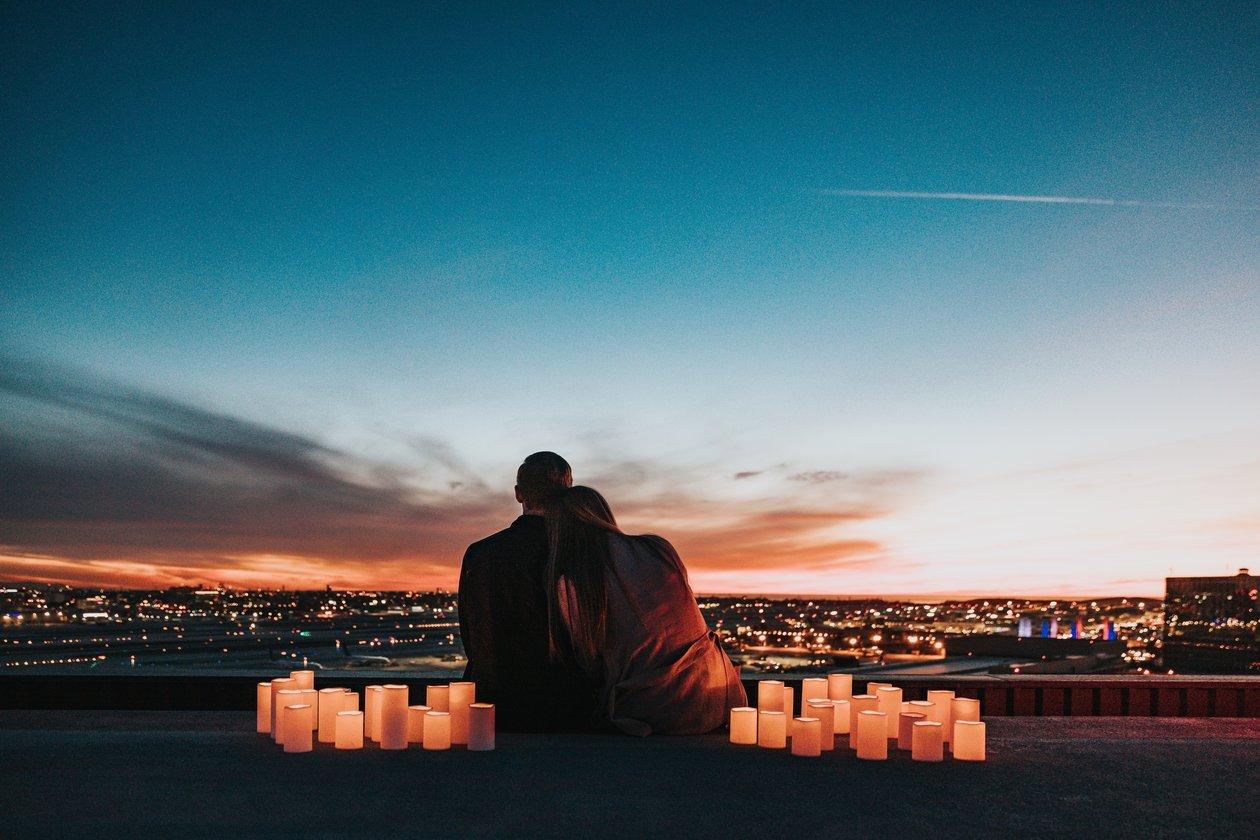 cặp đôi bên nhau ngắm nhìn thành phố trong tình yêu