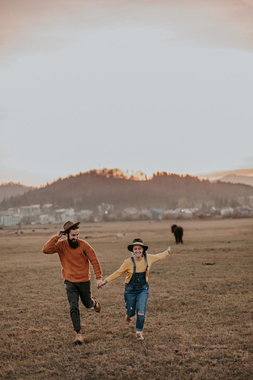 cặp đôi chạy trên cỏ