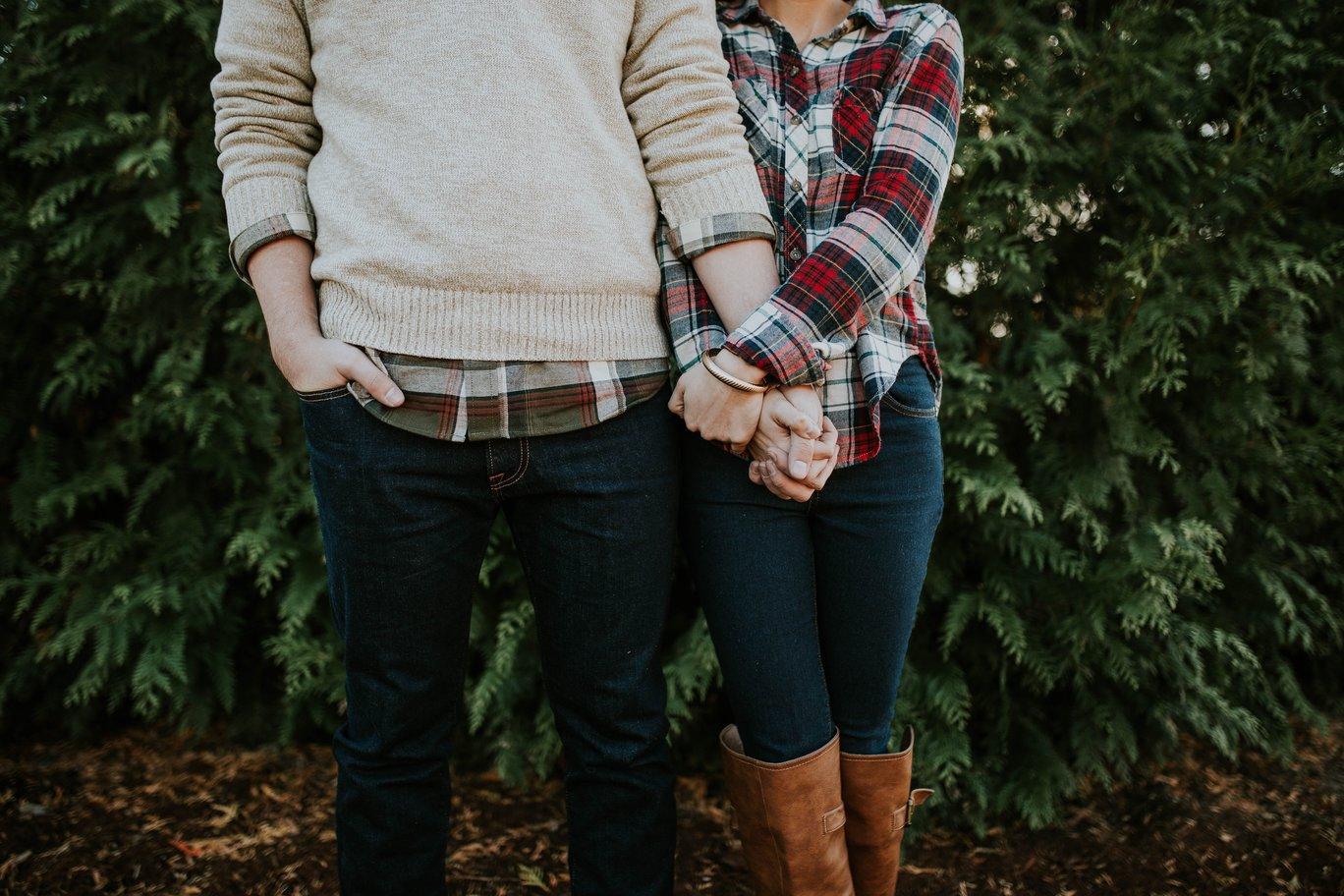 cặp đôi đứng cạnh cây thông trong tình yêu