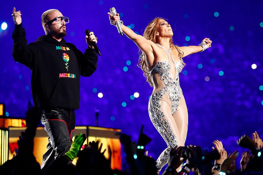 J Balvin và Jennifer Lopez trên sân khấu Super Bowl