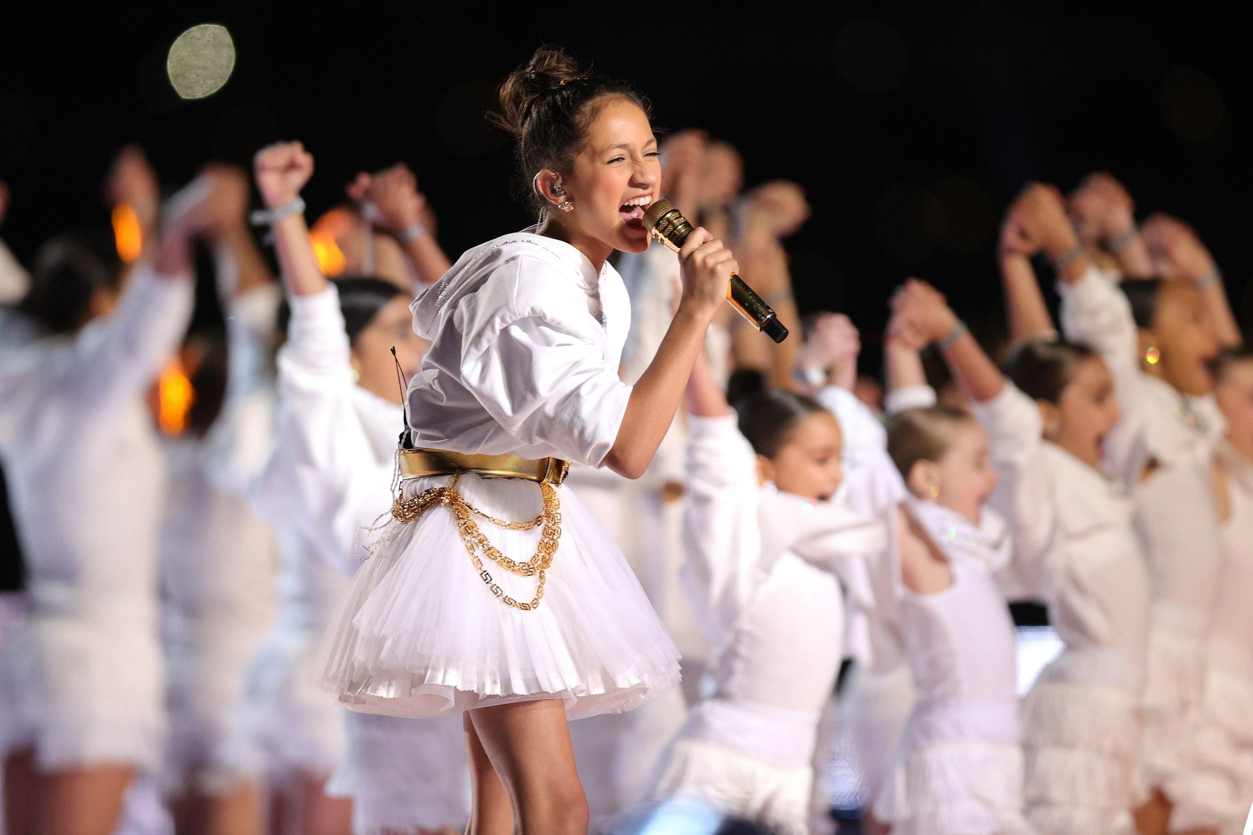 khoảnh khắc con gái Emme Muñiz của ca sĩ Jennifer Lopez xuất hiện trên sân khấu Super Bowl