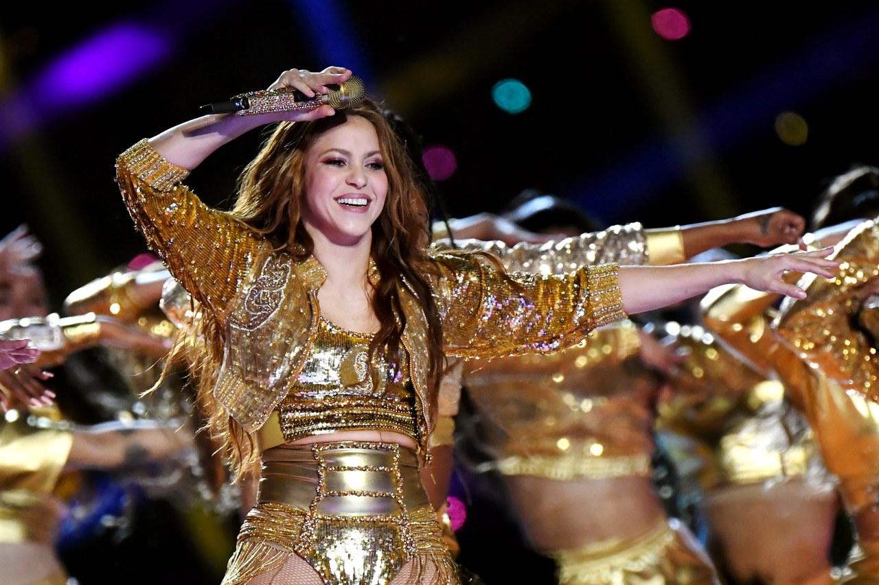 Shakira mặc trang phục màu vàng kim trên sân khấu Super Bowl