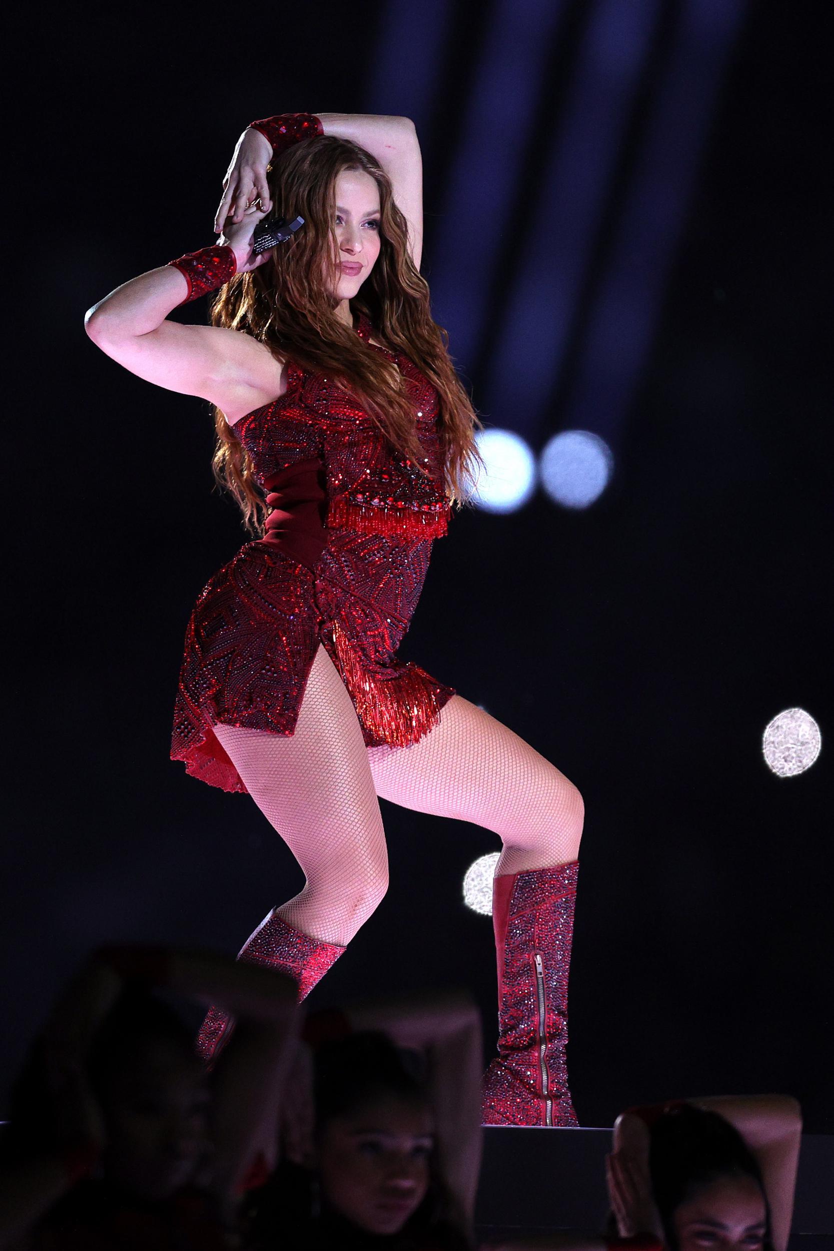 Shakira mặc trang phục đỏ lấp lánh trên sân khấu Super Bowl