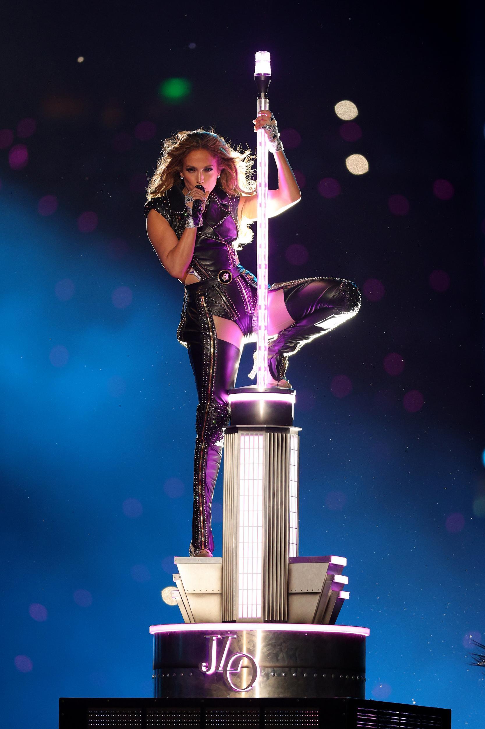 Ca sĩ Jennifer Lopez trong bộ suit da Versace tại Super Bowl