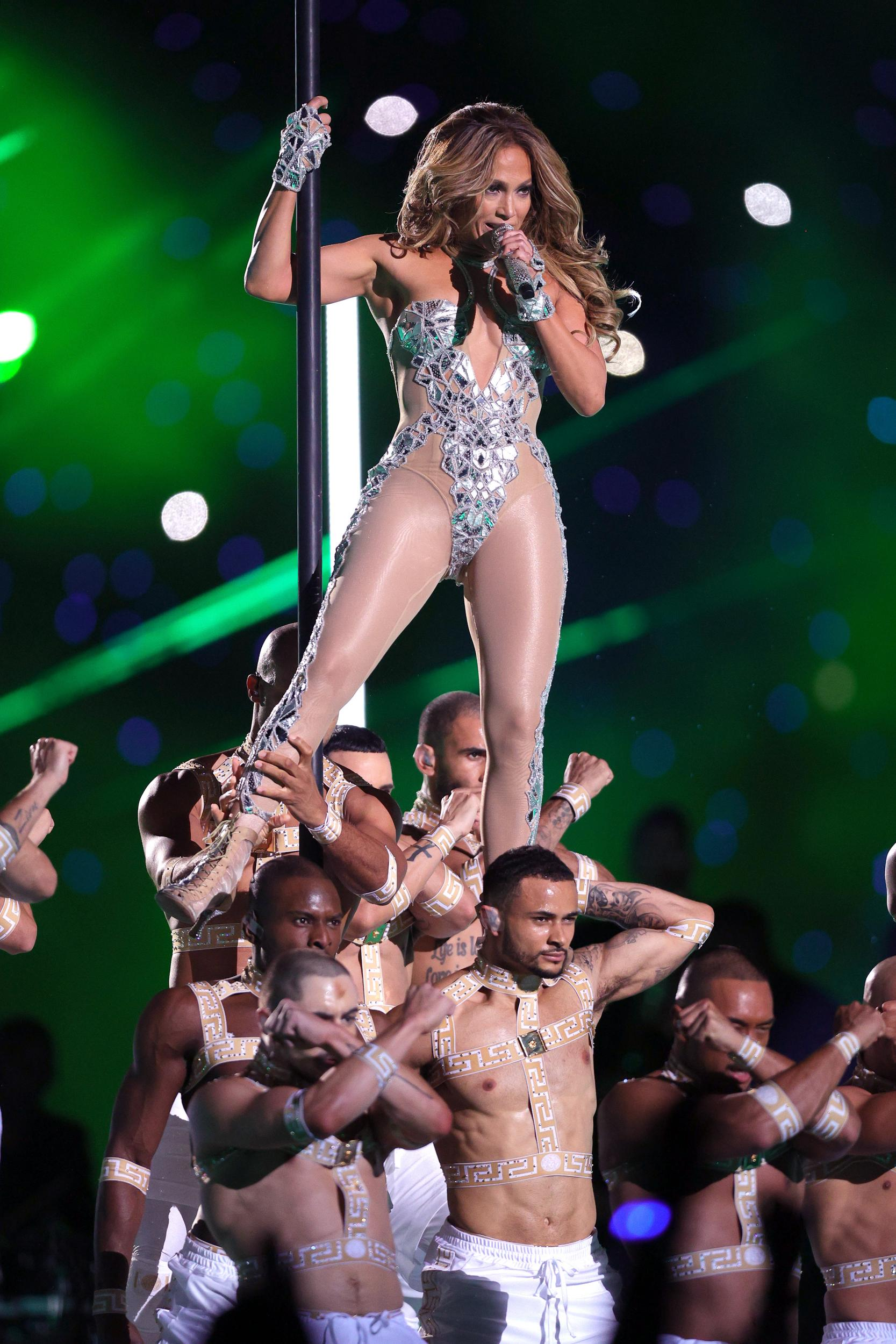 Ca sĩ Jennifer Lopez mặc trang phục ôm sát màu bạc của Versace