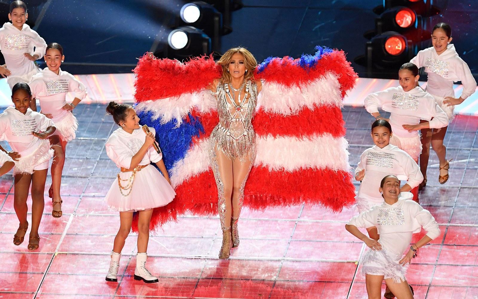 Ca sĩ Jennifer Lopez và con gái trên sân khấu Super Bowl
