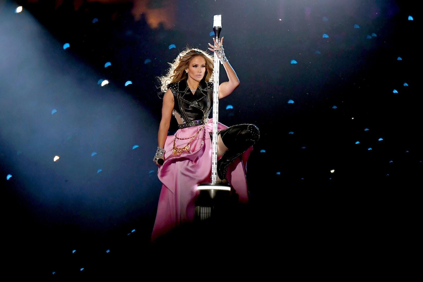Ca sĩ Jennifer Lopez mở màn phần trình diễn của mình tại Super Bowl trong bộ suit da của Versace