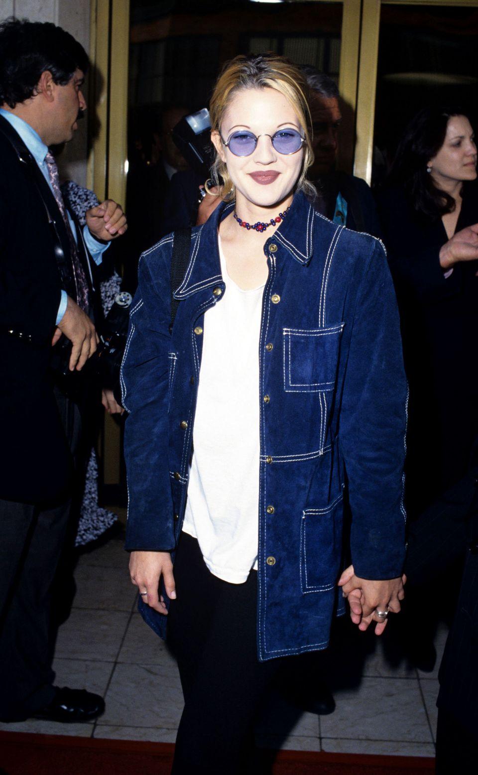 Biểu tượng thời trang Drew Barrymore năm 1993 trong trang phục cá tính