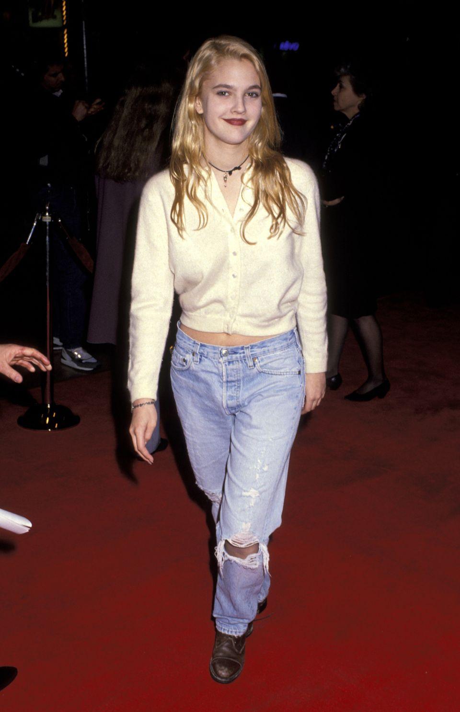 Drew Barrymore mặc quần jeans rách và giày bốt tại sự kiện