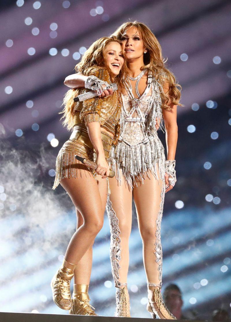 Shakira mang giày adidas thiết kế riêng cho cô tại Super Bowl