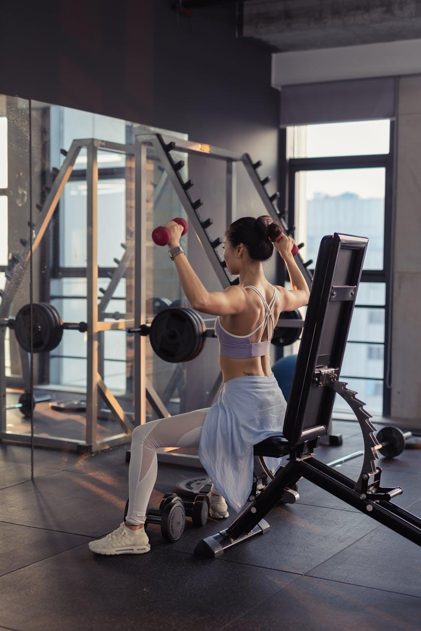 Sai lầm khi tập gym-Cô gái cầm tạ.