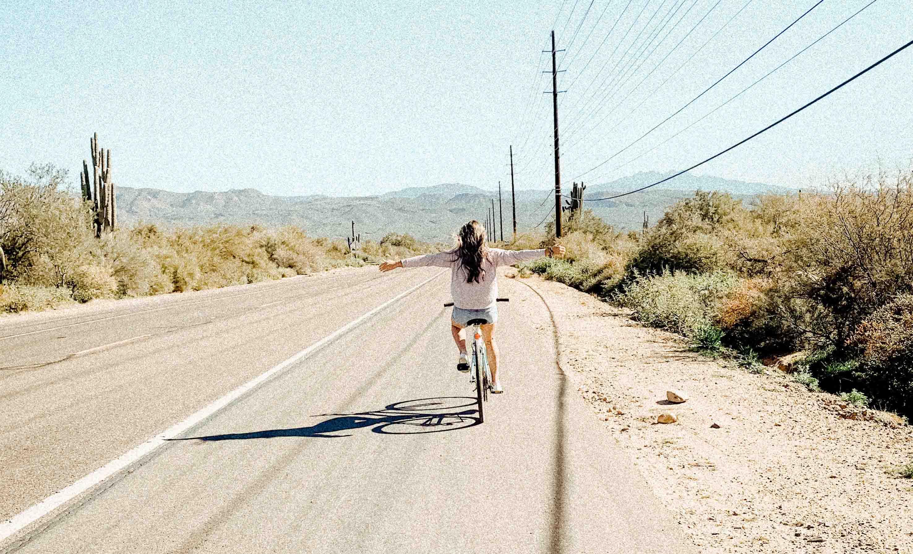 cô gái đạp xe hạnh phúc