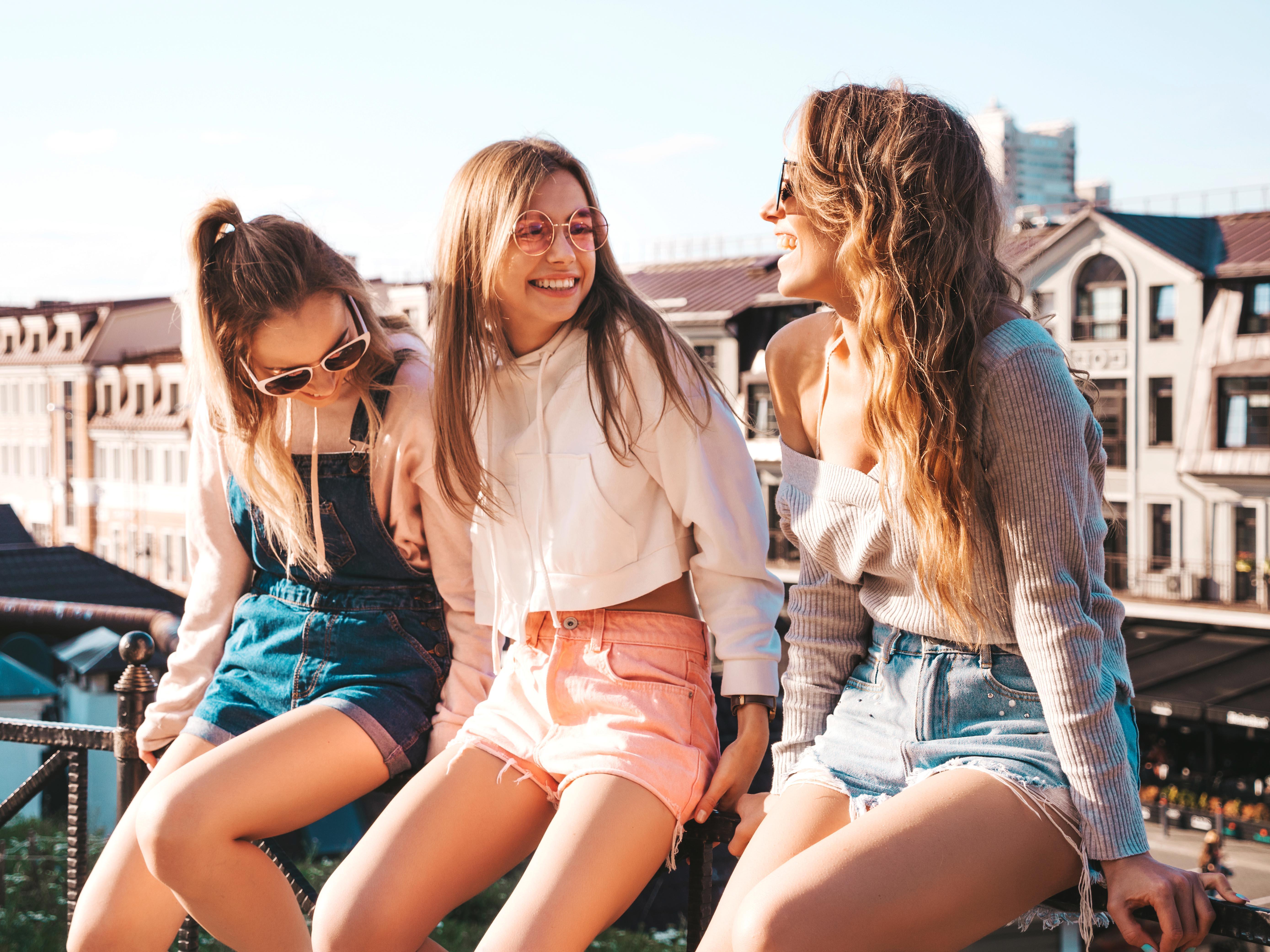 nhóm bạn 3 người hạnh phúc
