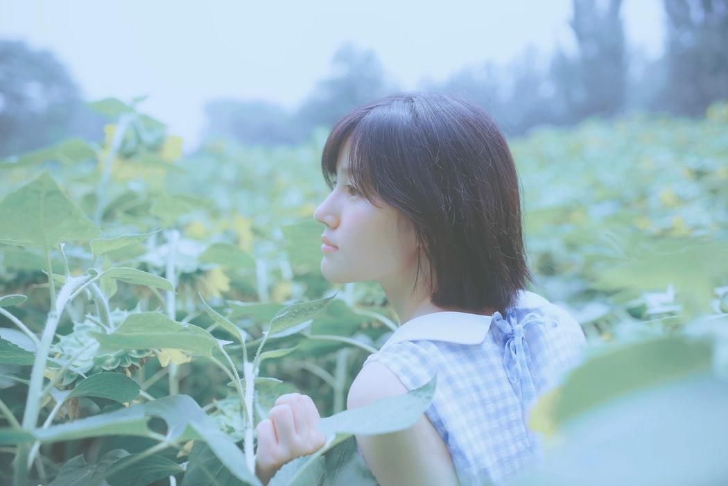 Chăm sóc da-Cô gái trong cánh đồng hoa.