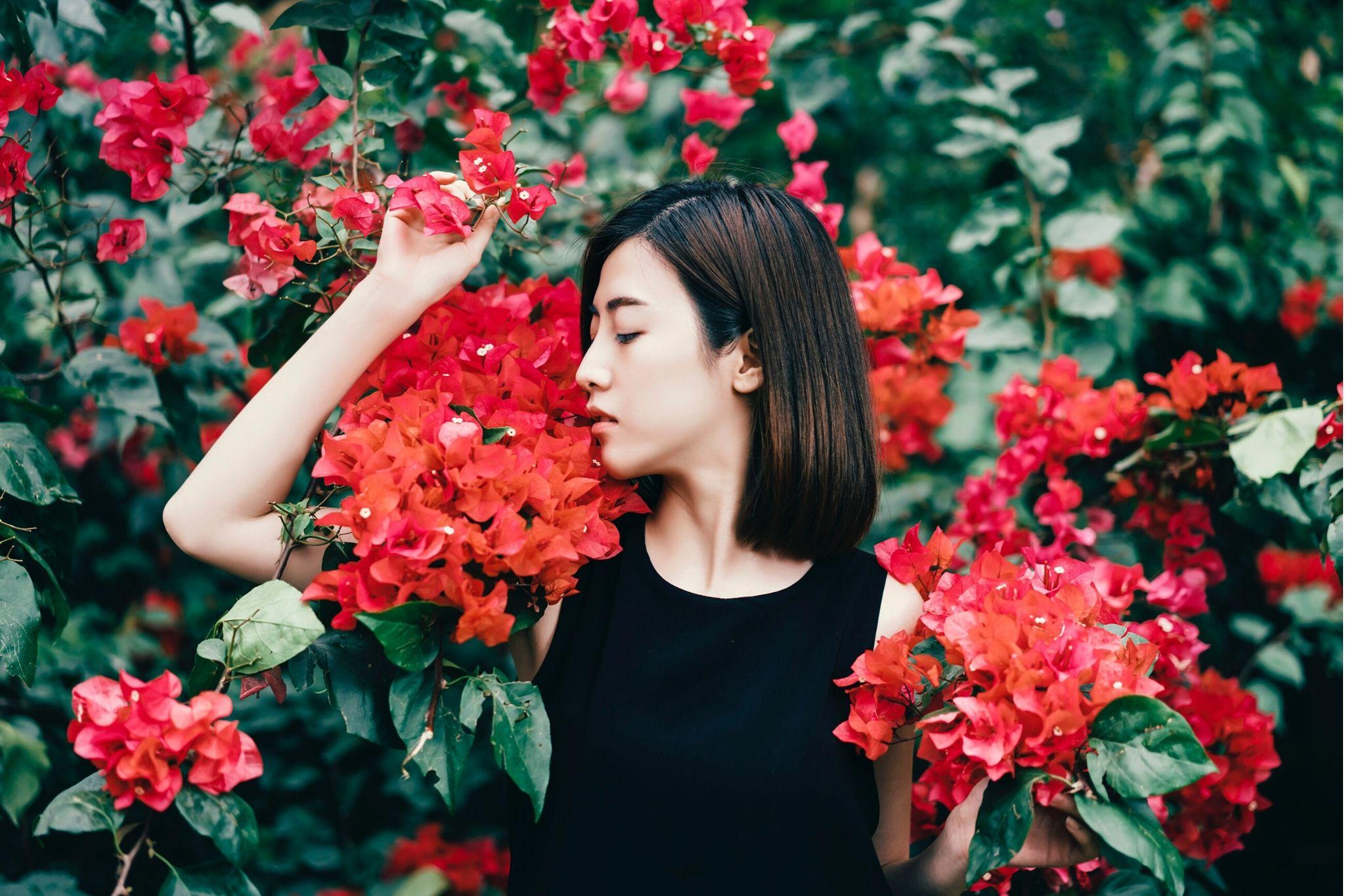 Chăm sóc da-Cô gái và hoa đỏ.