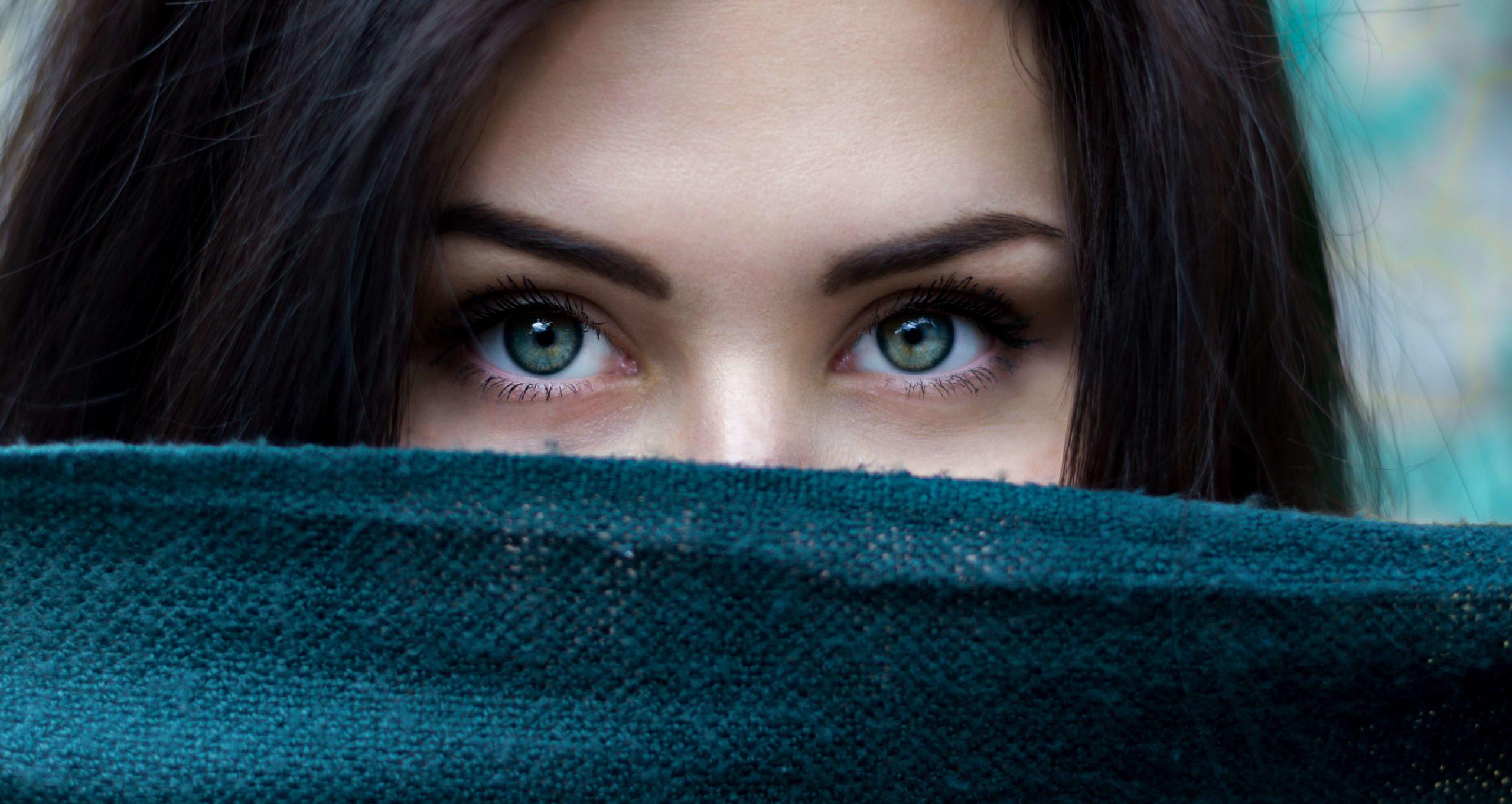 Brow pinching-Cô gái mắt xanh lá.