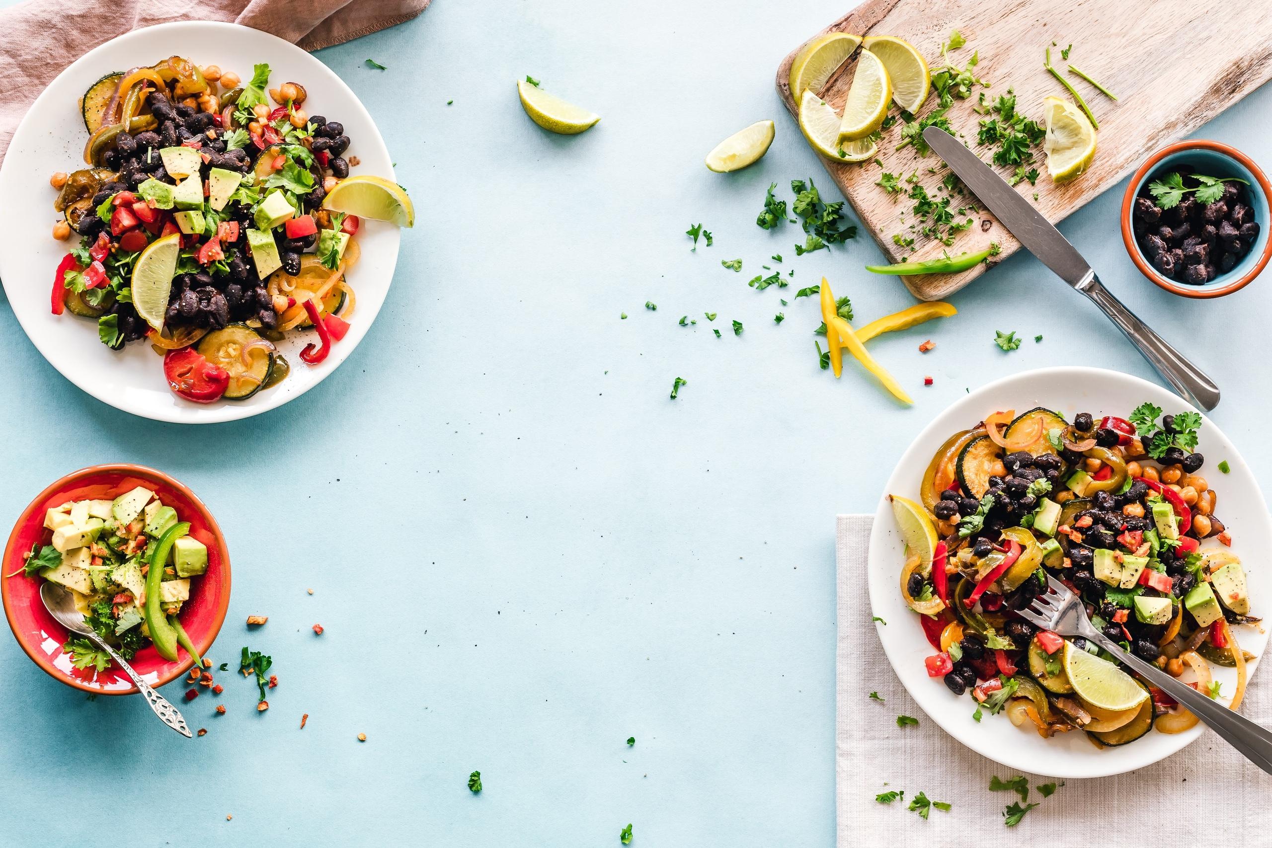 Chế độ ăn kiêng giảm cân-Ba dĩa salad.