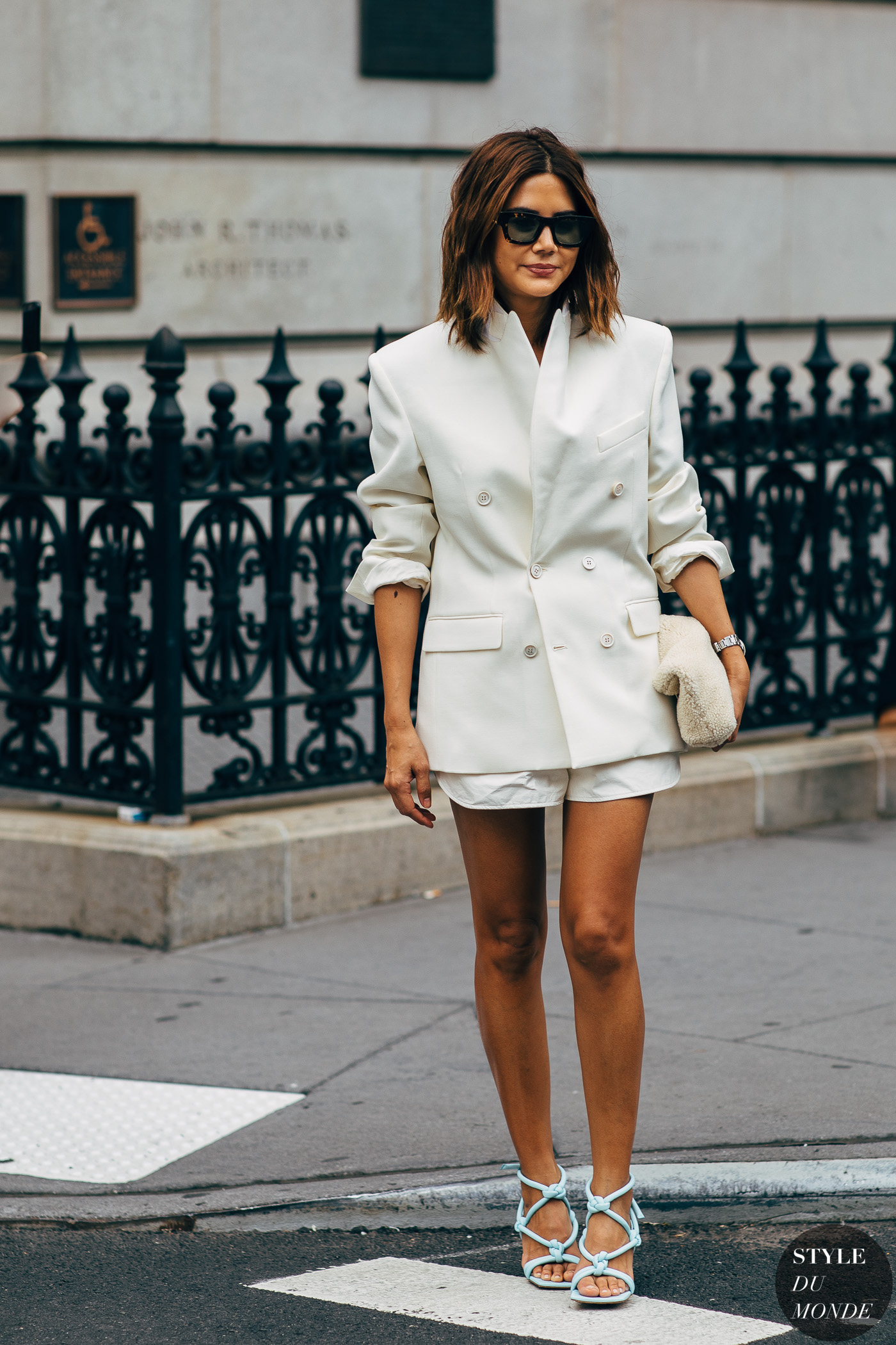 """thời trang cung hoàng đạo bảo bình - Trang phục """"all-white"""" với áo blazer và quần shorts"""