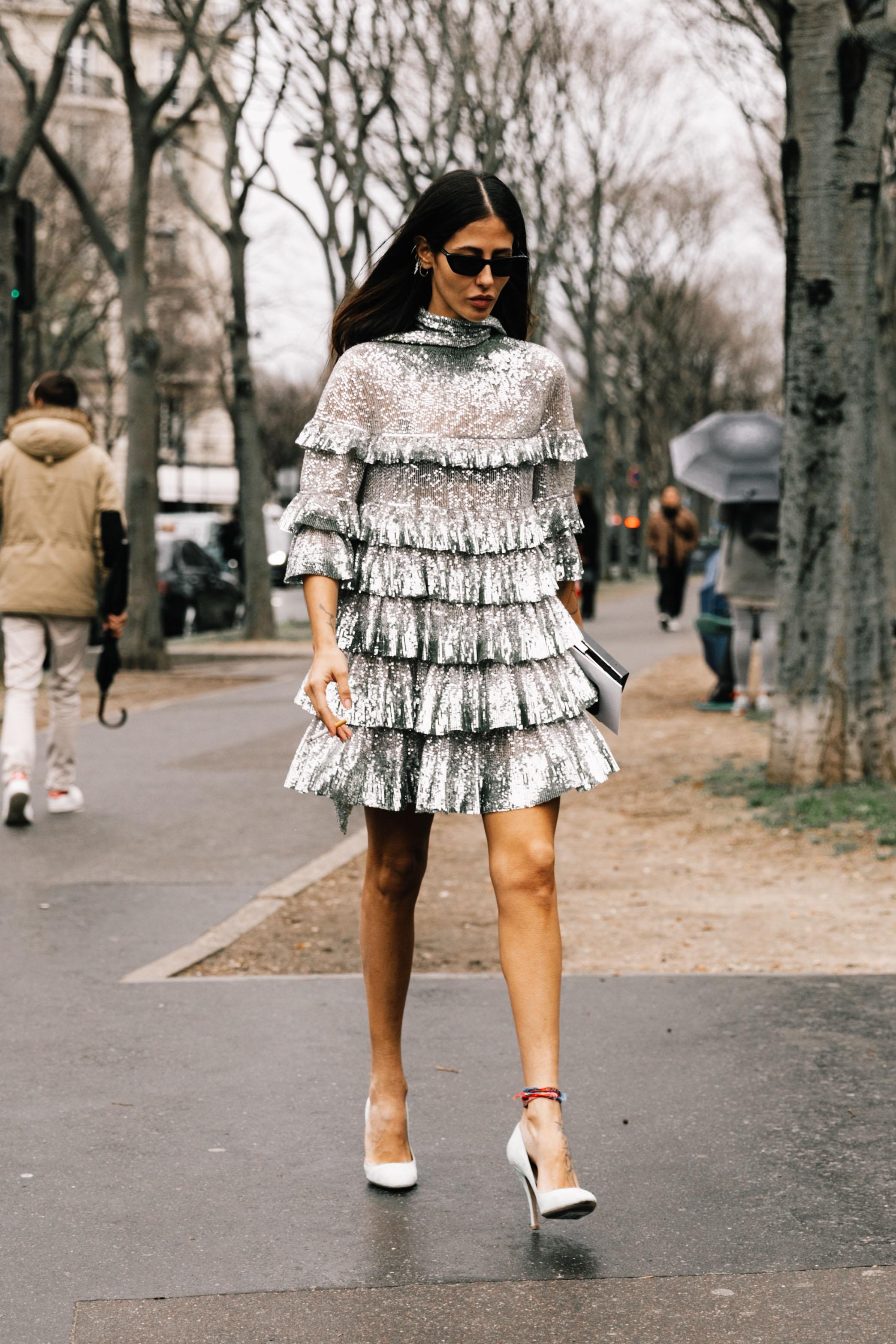 thời trang cung hoàng đạo bảo bình - Đầm xếp tầng lấp lánh kết hợp cùng giày cao gót