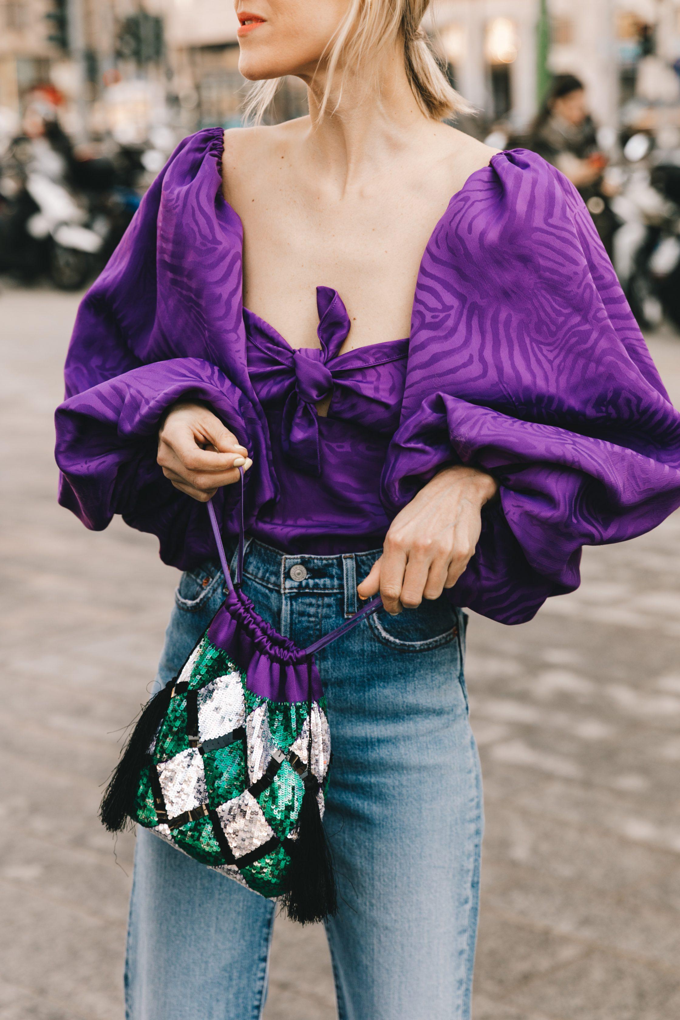 thời trang cung hoàng đạo bảo bình - Áo tay phồng màu tím hoa cà kết hợp cùng quần jeans