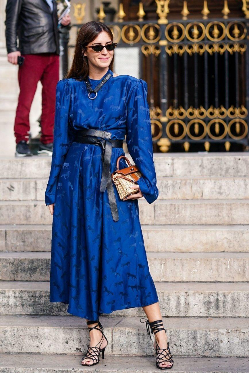 thời trang cung hoàng đạo bảo bình - Đầm màu classic blue kết hợp cùng phụ kiện da