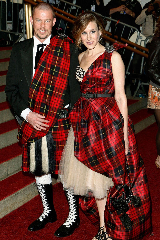 Sarah Jessica Parker và Alexander McQueen trên thảm đỏ Met Gala 2006