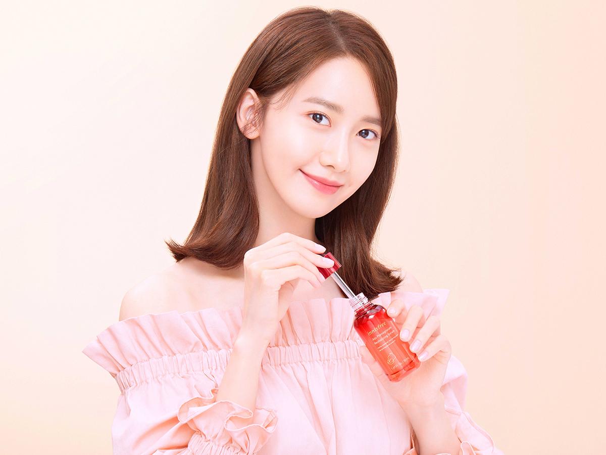 Yoona cùng với Bộ sản phẩm innisfree Jeju Pomegranate Revitalizing Serum Special Set