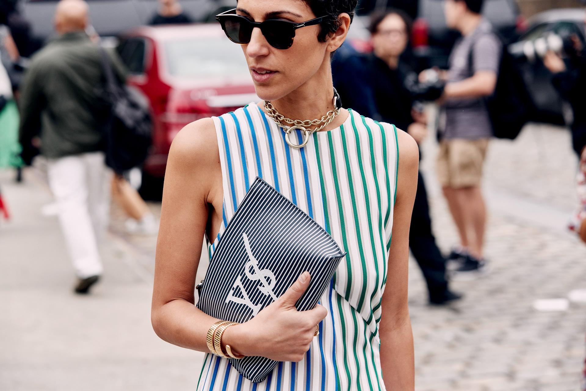 Trang phục kẻ sọc maximalism cho thời trang cung hoàng đạo bảo bình