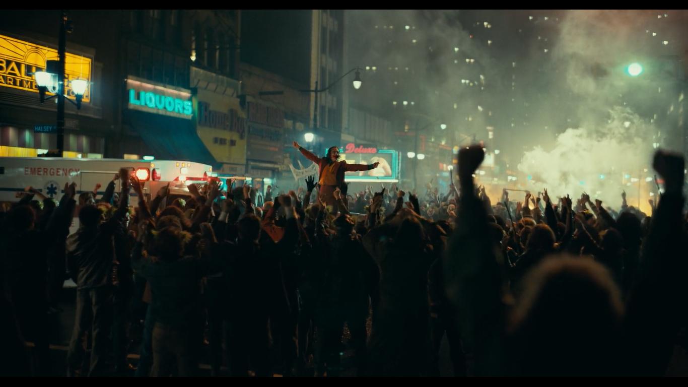 Ở cuối bộ phim, Arthur Fleck đã hoàn tất quá trình tiến hóa thành Joker, tên trùm tội phạm điên loạn của Gotham.