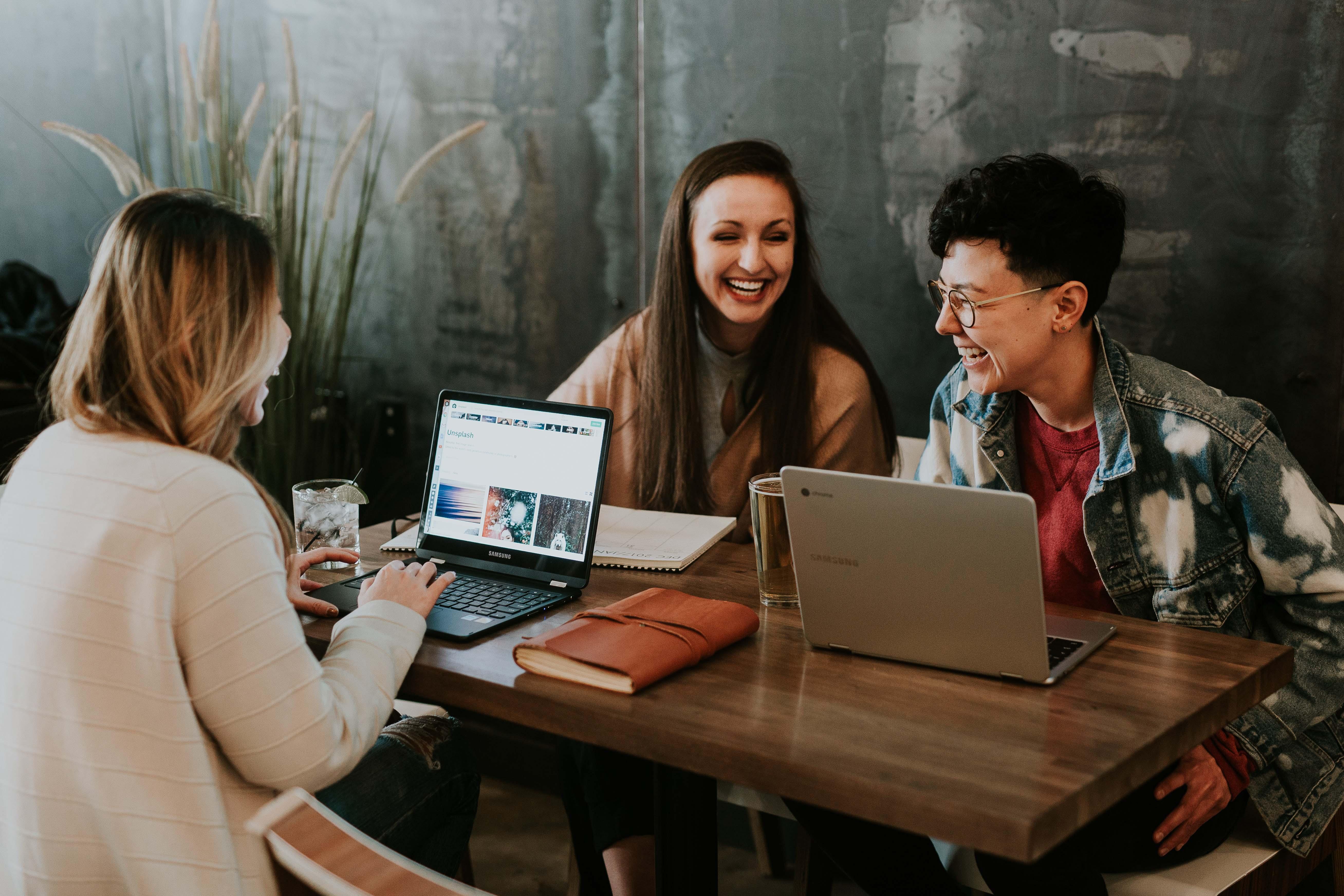 thái độ làm việc nhóm bạn trò chuyện