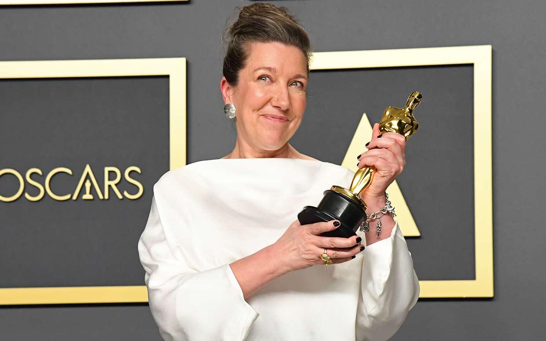 nhà thiết kế jacqueline durran nhận tượng oscar 2020 cho phim little women