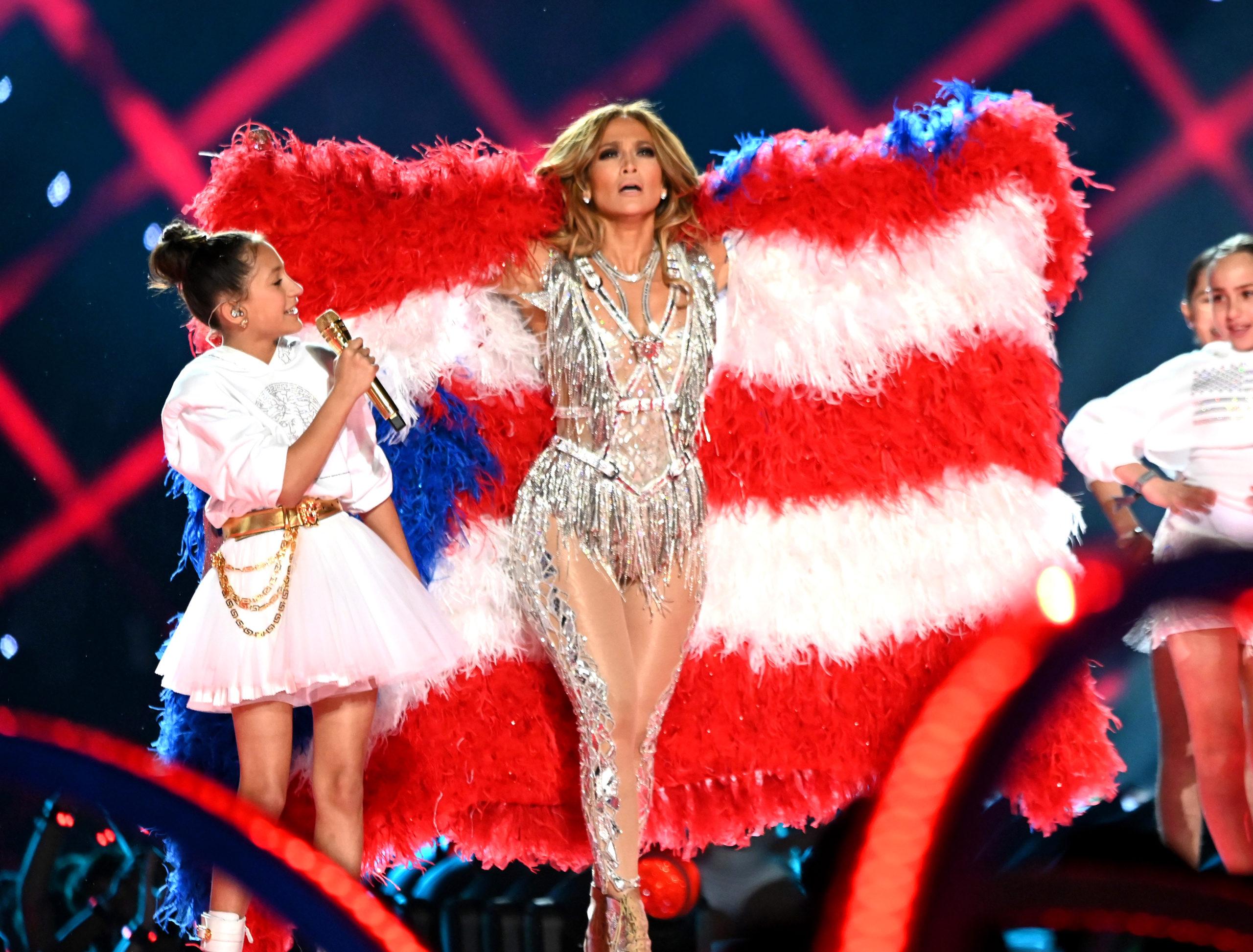 Jennifer Lopez-Khăn choàng lông đỏ.