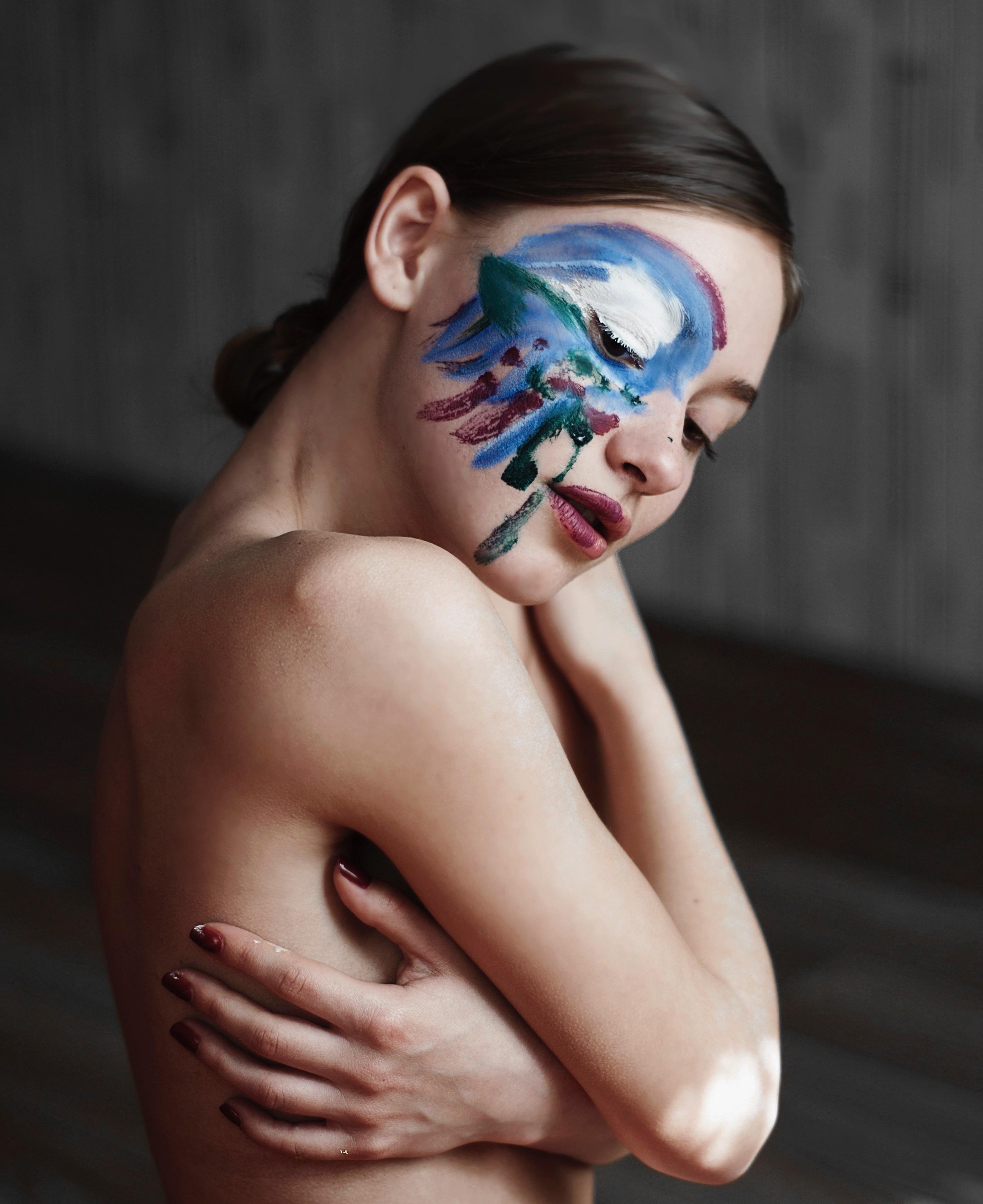 Sữa rửa mặt tẩy trang-Cô gái vẽ lên mặt.