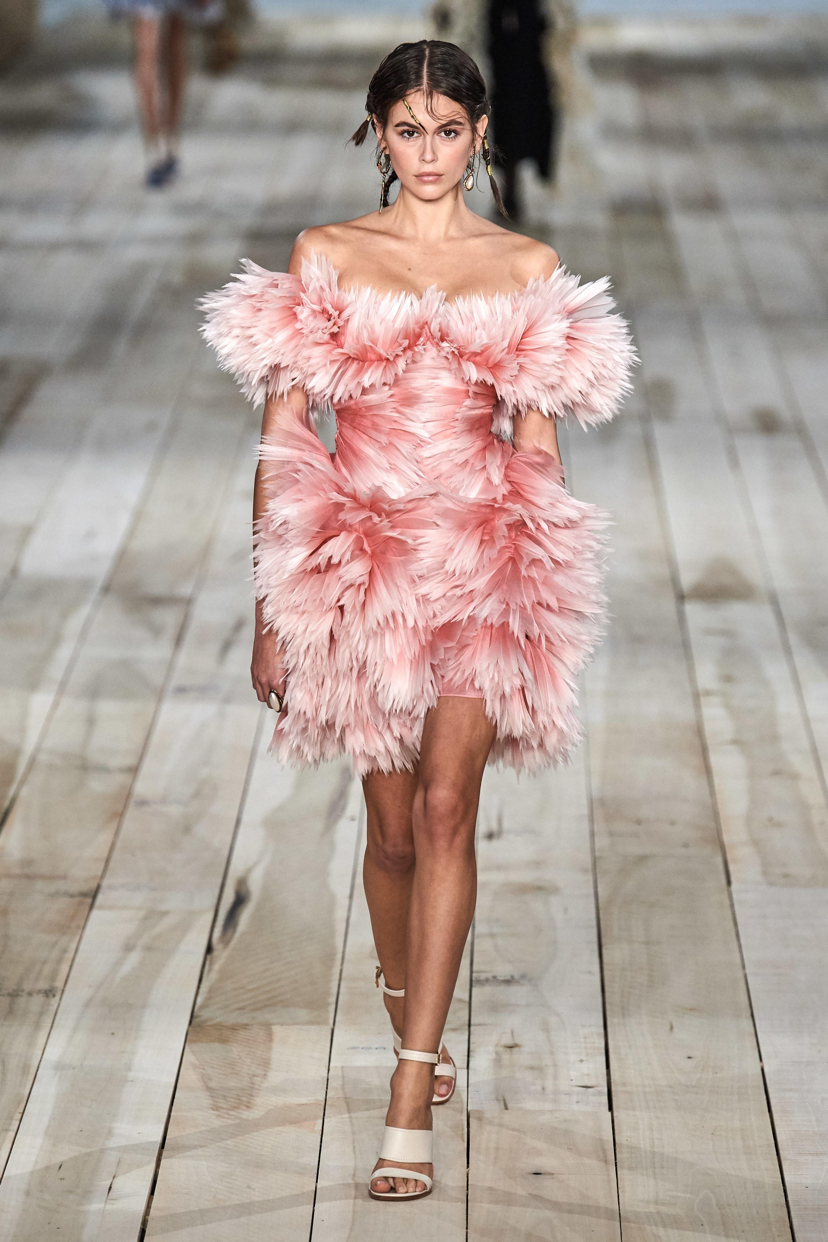 người mẫu kaia gerber alexander mcqueen xuân hè 2020