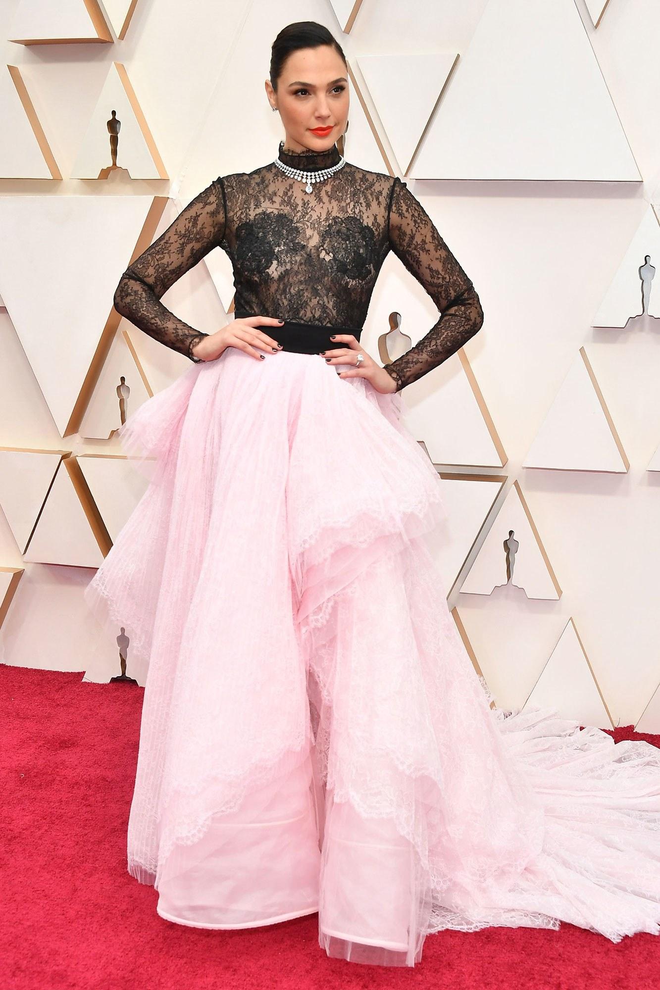 thảm đỏ oscar 2020 Gal Gadot đầm đen hồng Givenchy