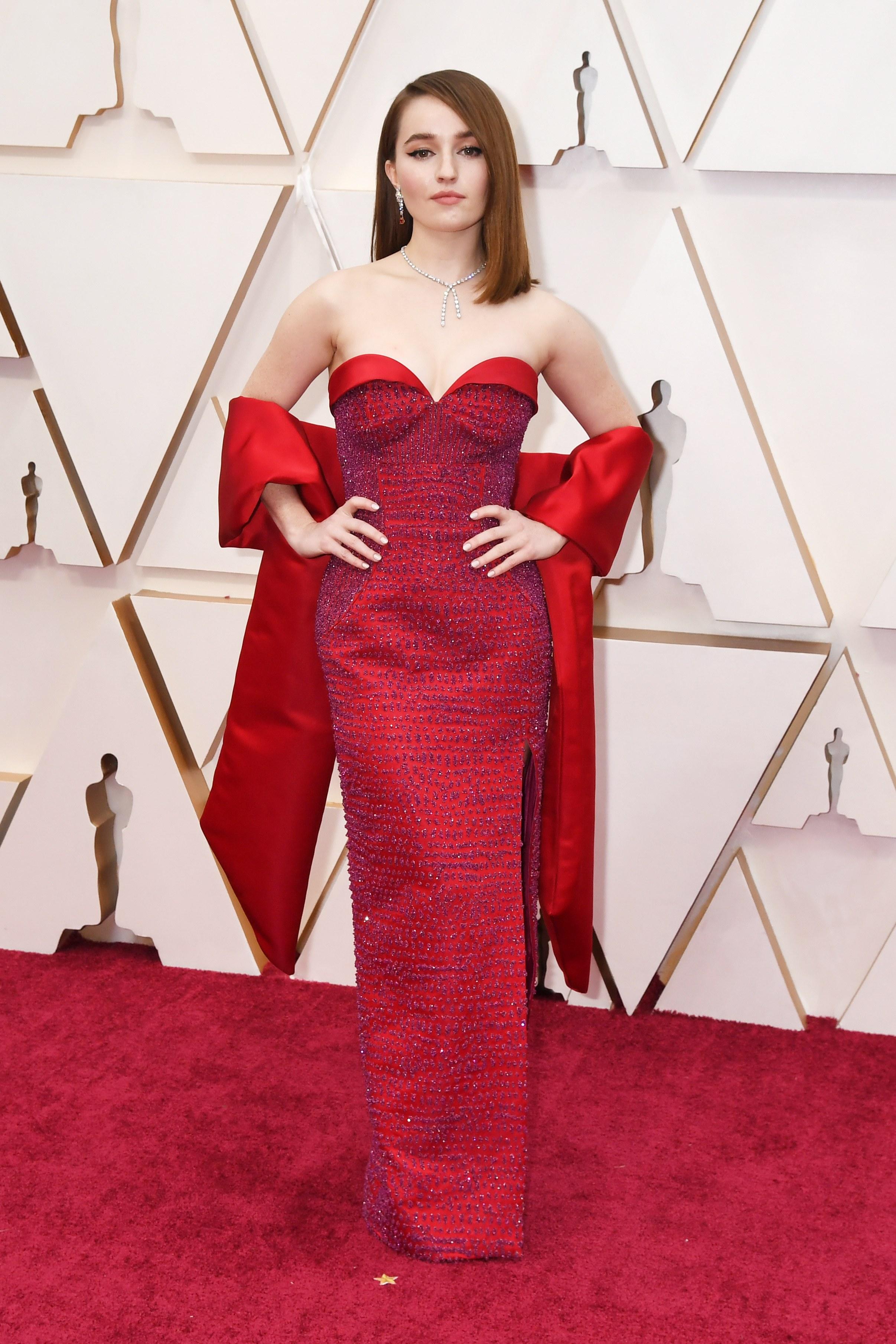 thảm đỏ oscar 2020 Kaitlin Dever đầm quây đỏ Louis Vuitton