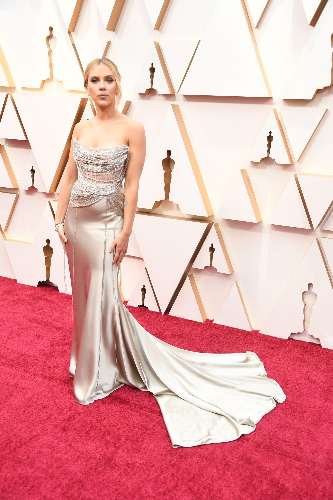 thảm đỏ oscar 2020 Scarlett Johansson đầm bạc oscar de la renta