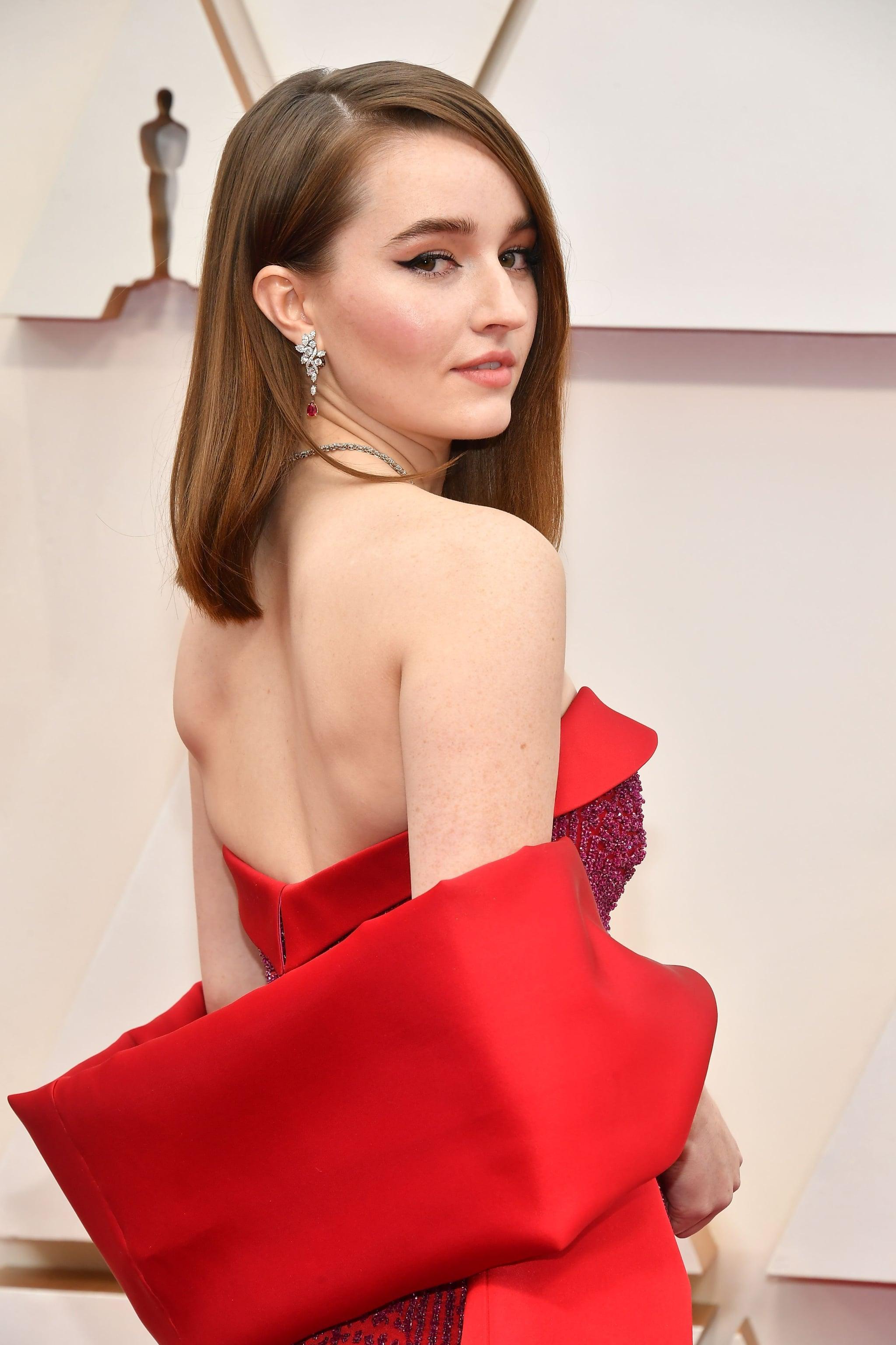 Kaitlyn Dever quyến rũ với phong cách trang điểm và làm tóc trên thảm đỏ Oscar 2020.