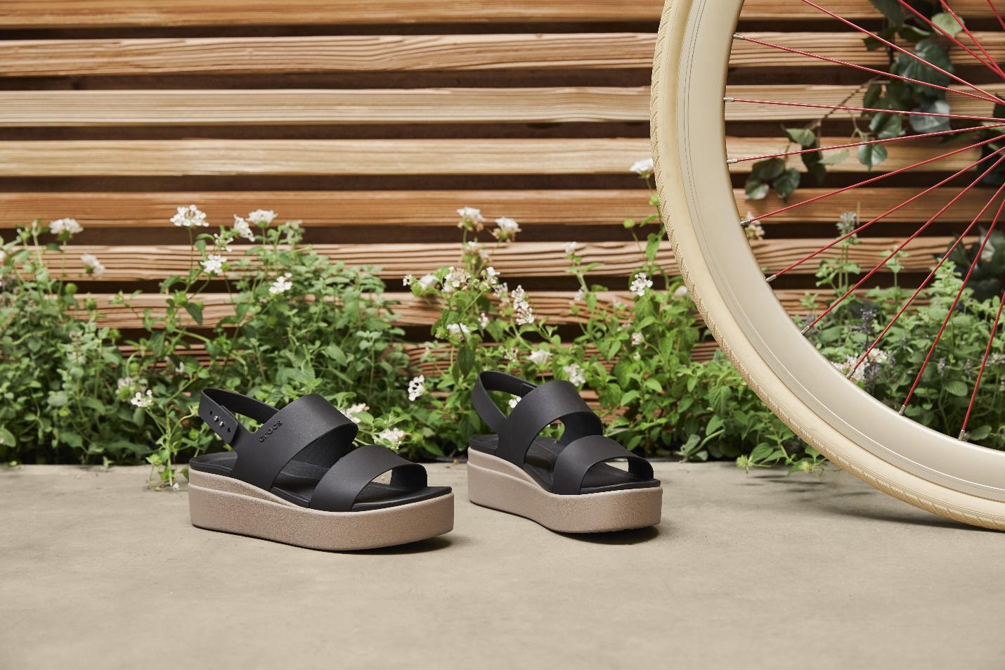 Một mẫu platform sandals màu đen trong BST Crocs Brooklyn phù hợp cho nhiều kiểu trang phục khác nhau