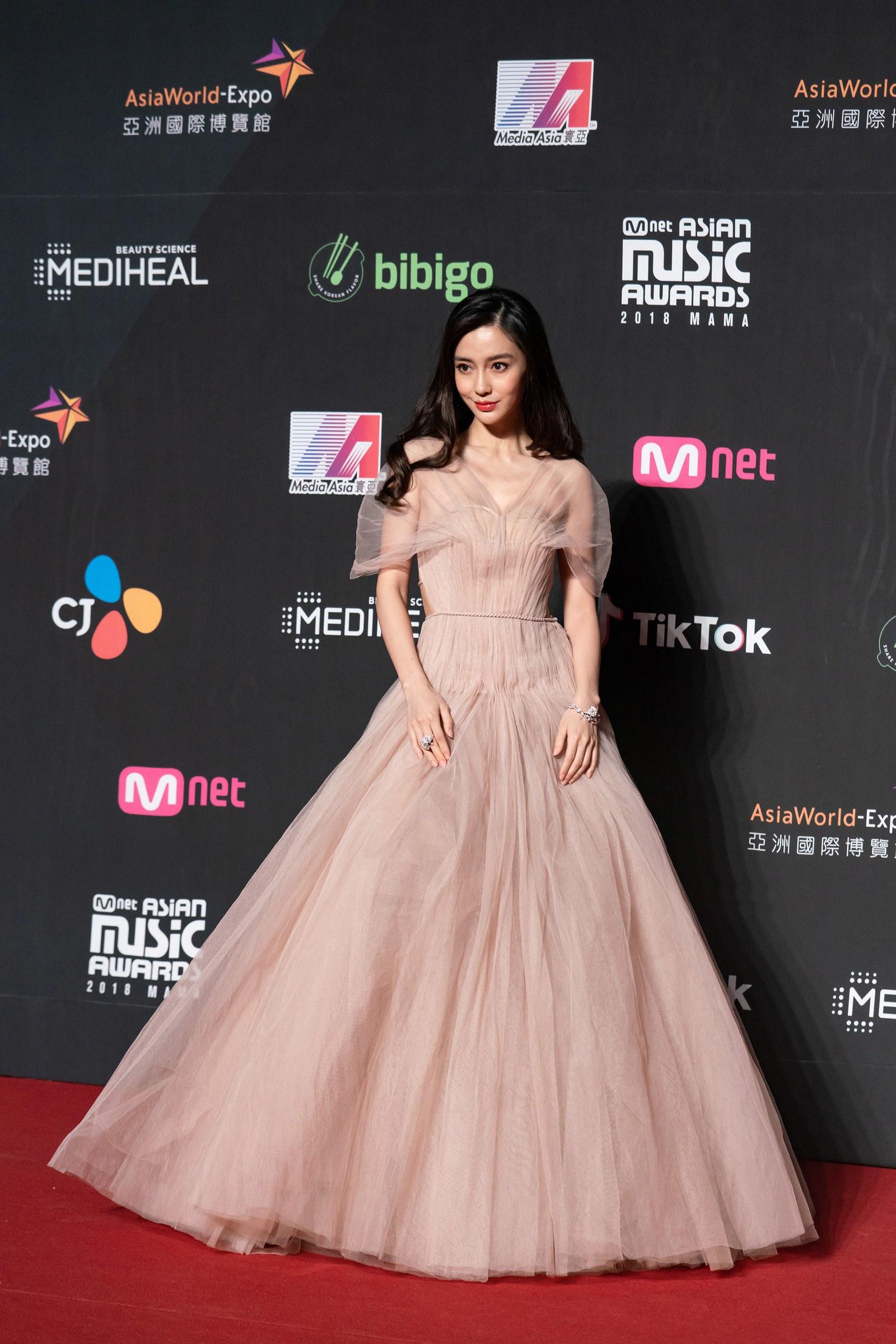 angelababy Mnet Asian Music Awards đầm dior voan hồng