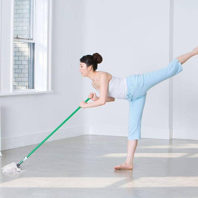 tập yoga trong lúc làm việc nhà