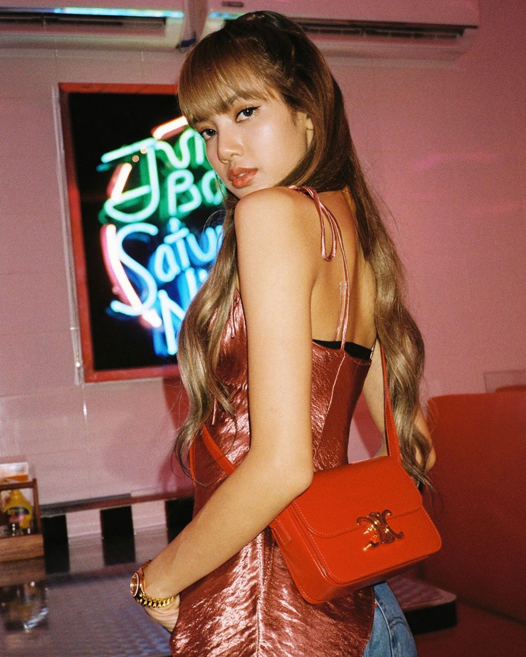 Lisa Blackpink - cô gái cung Bạch Dương quyến rũ trong kiểu đầm hai dây màu đỏ