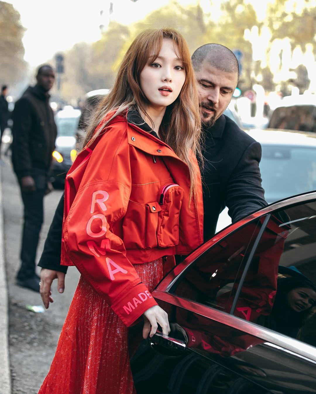 Cô nàng Sư Tử Lee Sung Kyung thu hút mọi sự chú ý về mình với tông đỏ nổi bật