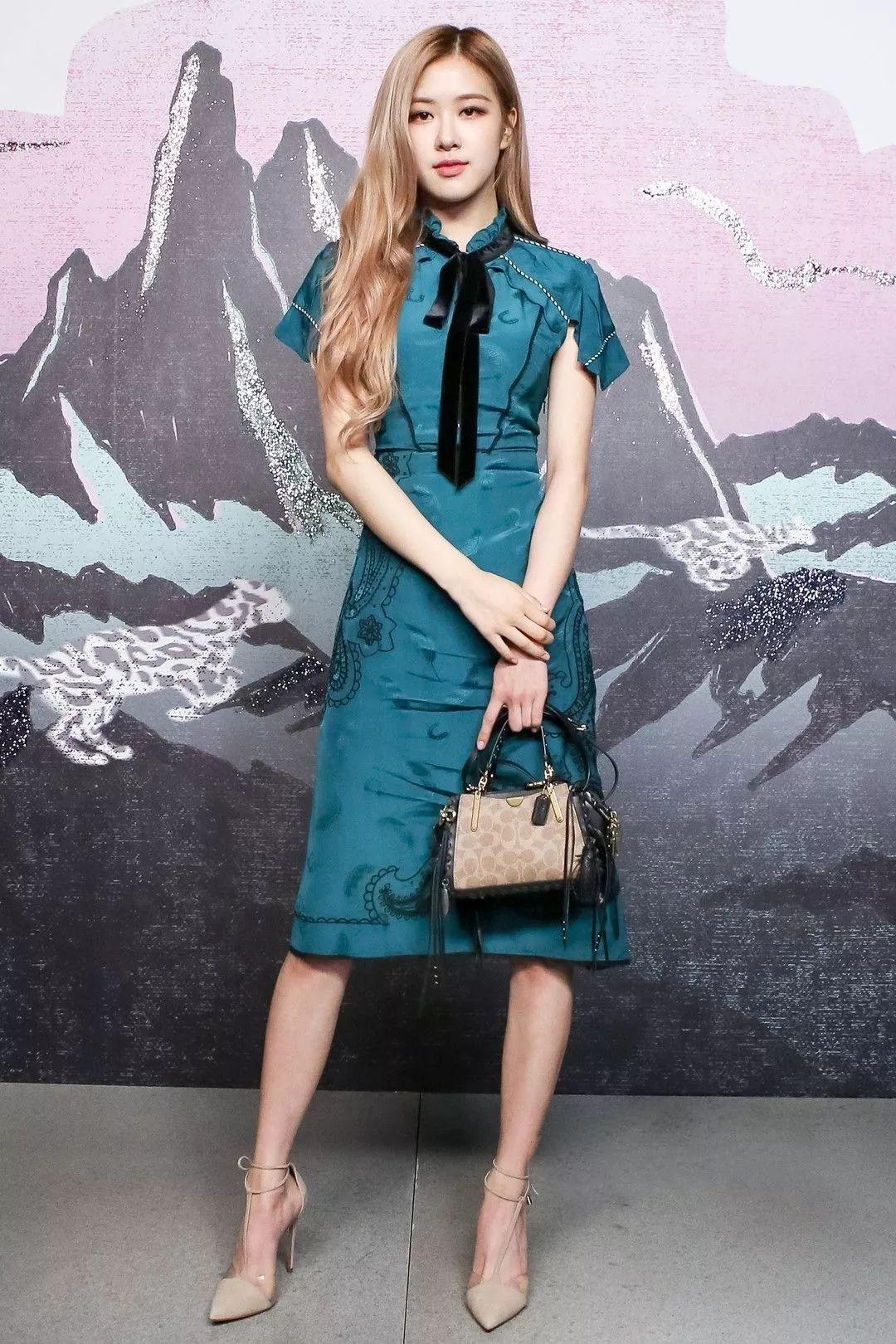 Rose Blackpink trong thiết kế đầm xanh ngọc sang trọng